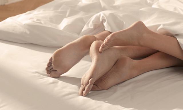 двое а постели