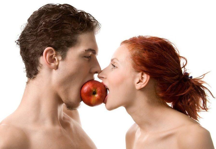 кусают яблоко