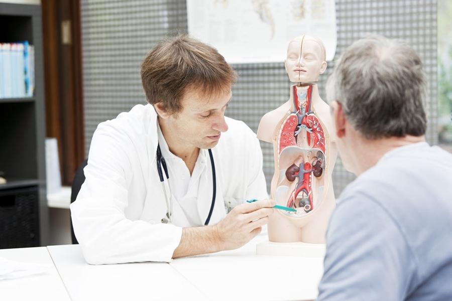мужчина на приеме уролога в поликлинике