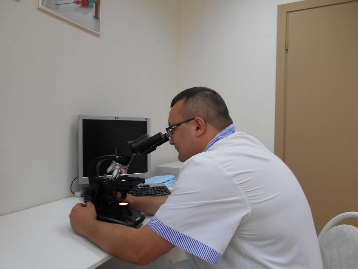 Ленкин С. Г. выполняет микроскопию мазка